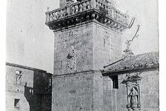 A torre barroca e a entrada principal igrexa. Foto CA.  1900