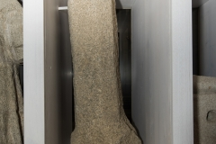 Pedra poligonal Granito, 98 x 50 x 37 cm Na parte superior ten un orificio para un espigo interno.