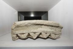 Dovela de arco. Granito. 18 x 48 x 34 cm S. XIV Fragmento da arquivolta dun arco decorado co motivo xeométrico de punta de diamante