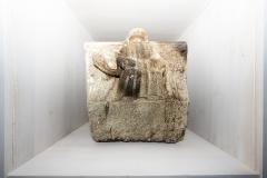 Dovela de arco coa representación dun anxo turiferario Granito, 48 x 52 x 32 cm S. XIV Conserva restos de policromía