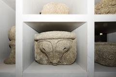 Ménsula decorada con motivos vexetais Granito, 46 x 64 x 67 cm S. XIX